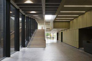2. Zicht na binnenkomst links: de foyer met trap naar de bovenbar. Links de lamellengevel. Rechts het blok met de theaterzaal en receptie, met messing platen bekleed. Foto Christian van der Kooy.
