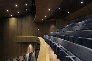 5.De theaterzaal is geheel uitgevoerd in kersenhout. De gewelfde vorm verbetert de akoestiek. Foto Christian van der Kooy.