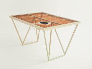 Marjan van Aubel Current Table (prototype), 2014 Zonnecellen met kleurstof, metaal, ijzerarm glas Collectie Museum Boijmans Van Beuningen