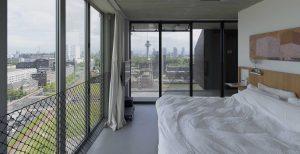Slaapkamer met uitzicht op Euromast en hangende berging.