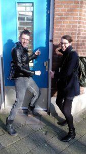 Marjolein Dekker (rechts) van Plak Vast Goed overhandigt Dora Borst (links) de sleutel van haar tijdelijke werkplek aan de Geijsingstraat in Delfshaven. Met haar bedrijf Concept Circus zet Borst wijkprojecten op.