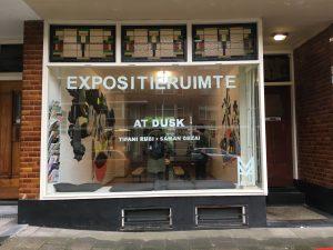 Een leegstaande winkel aan de Rotterdamse Mathenesserweg bood een troosteloze aanblik. Met de komst van Foundation MESH is er weer leven in gebracht. De galerie maakt connecties tussen lokale en internationale kunstenaars op basis van een overeenkomstige visie, interesse of stijl en vergroot zo het netwerk en de expositiemogelijkheden van lokale kunstenaars