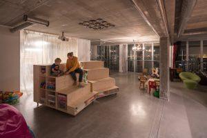 Huistheater/bioscoop/chillruimte, in de verlichte ruimte links komt de nieuwe wellness annex was- en droogruimte.