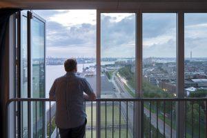 Robert Winkel kijkt uit over de Rotterdamse havens