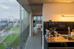 Doorzicht vanuit keuken naar ouderslaapkamer, uitzicht op o.a. Dijkzicht ziekenhuis.