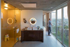 Gouden Douche (links) in open verbinding met ouderslaapkamer