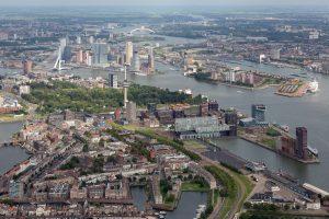 Het lichte gebouw iets rechts van het midden is de Schiecentrale op de Lloydpier bij de Schiehaven in Rotterdam