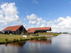 Het project Heechstaete bestaat uit woonwerkschuren aan de rand van het Friese dorp Heeg. Architect SKA • Foto Ronald Zijlstra. 5. Woonwerkschuur Heechstaete, ontwerp interieur Sissy-boy