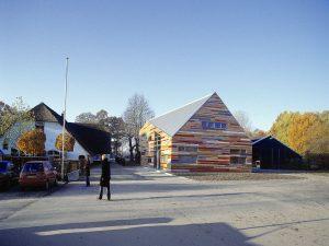 Kinderdagverblijf de Kleine Kikker is duidelijk geïnspireerd op een boerenschuur. Logische keuze in de agrarische omgeving bij de Uithof in Utrecht. Ontwerp Drost + Van Veen architecten • Foto Rob 't Hart.