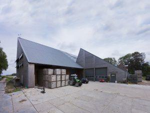 Nieuwe schuur bij boerderij Timpelsteed bij Engwierum. 2015, architect Karin Couwenbergh • Foto Rob Versluys