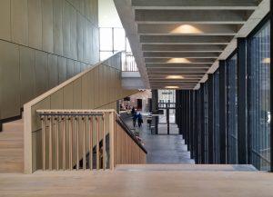 Zicht vanaf tussenverdieping naar daktuin en binnenplein. Foto Jacqueline Knudsen