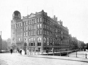 Diamantbeurs vlak na de bouw in 1910. Deze gevelbeëindiging wordt nu grotendeels gereconstrueerd.