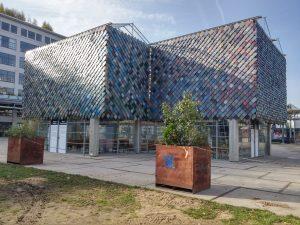 Het People's Pavilion, een ontwerp van Overtreders W en bureau SLA, is voor 200 mensen gebouwd met uitsluitend geleende materialen. Die moesten onbeschadigd retour en dus kon er niet worden gezaagd, geboord, gelijmd of geschroefd. Tijdens de DDW deed het dienst als centraal punt voor het World Design Event. Foto: Jacqueline Knudsen