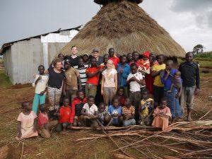 De gemeenschap die meehielp bij de bouw van de testwoning/keuken. De gehele bouw kwam met de hand en enkel met beschikbare gereedschappen, natuurlijke lokale materialen en kennis tot stand.