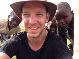 Michiel Smits in Mount Elgon Kenia waar in 3 weken tijd een traditionele testwoning/keuken werd gebouwd (2014)