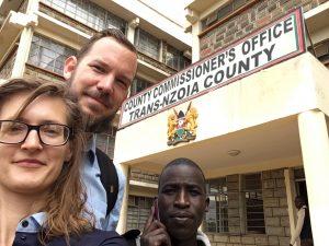 Onderzoeksassistent Beata Duda, Michiel Smits en gemeenschapsspecialist Geoffrey Ngeywa halen de laatste goedkeuring voor het project The Rural Housing Studio bij de lokale overheid in Mount Elgon Kenia, augustus 2017