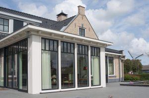 Villa in Ouddorp. Achtergevel met serre.