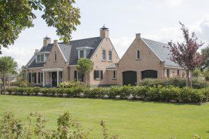 Villa in Ouddorp. Voorzijde van de villa met entree.