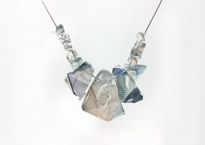 De stof Through the Looking Glass (ontwerp Rive Roshan i.s.m. Bilge Nur Saltik) is verwerkt in Rocks Jewellery van Ron Arad • Foto Louisa Guinness Gallery