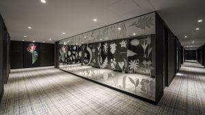 Voor het Hyatt Regency Spinoza Hotel in Amsterdam ontwierp Rive Roshan een verzameling afbeeldingen van planten, voor wandpanelen en spiegels in publieke ruimtes en de VIP-lounge.