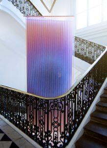 In Trichroic Tapestries, een textielinstallatie in het trapportaal van Musée des Arts Décoratifs in Parijs, speelt Rive Roshan met patronen en de interferentie van kleuren.