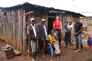 Architect Jackson Kariuki en student Maud van Dijck van team 2 met hun familie.