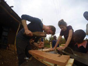 Student Pelle Rademakers en architect Argjire Krasniqi van team 1 zijn druk bezig met maken van de mal voor de compressed earth blocks