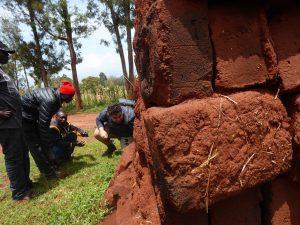 Team 4 onderzoekt verschillende bouwmaterialen, waaronder gebakken bouwstenen, foto Atdhe Lila & Despoina Kouinoglou.