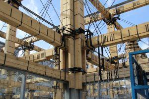 De forse balken van de spantconstructie zijn samengesteld uit standaard balkhout, geleend van Stiho. Door meerdere balken te stapelen, kon een grotere balk worden gemaakt