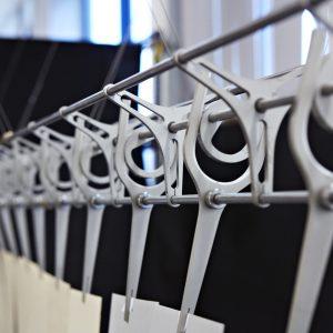 De Cam Fan toont de elegantie van de nokkenas. De nokken in de ventilator produceren een zeer natuurlijke beweging.
