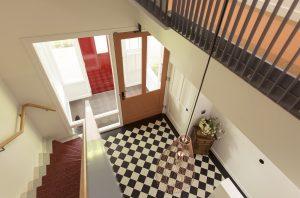 Beide huizen hebben een eigen voordeur en een fraai trapportaal met een jaren '50- en '60-uitstraling