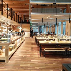 Op de begane grond van paviljoen Circl is een expositieruimte en een restaurant. Circl ABN_AMRO, Ontwerp Architekten Cie. Foto Jacqueline Knudsen