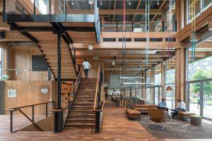 De akoestische plafondpanelen gemaakt van oude spijkerbroeken. Paviljoen Circl ABN_AMRO, Ontwerp Architekten Cie. Foto  Ossip van Duivenbode