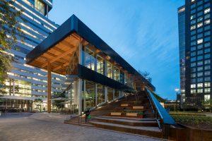 Paviljoen Circl ABN_AMRO, Vanaf de Gustav Mahlerlaan loopt een brede luie trap naar het dakterras. Foto Ossip van Duivenbode