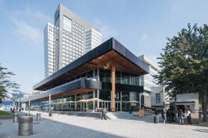 Het paviljoen Circl staat naast het hoofdkantoor van ABN AMRO aan de Zuidas in Amsterdam. De luifelranden zijn bekleed met zonnepanelen. Foto Ossip van Duivenbode