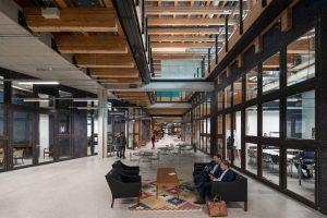 In het souterrain van Circl is een vergadercentrum rond een brede binnenstraat. Oude kantoorpuien zijn gebruikt als scheidingswanden. Foto Ossip van Duivenbode
