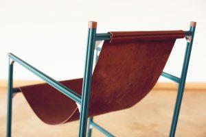 Aluminium Club Chair (2016) van standaard t-slot geëxtrudeerde lichtgewicht profielen, hoekstukken en een plantaardig geverfde leren zitting • Foto Masha Bakker.