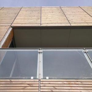 Uitwendige aluminium hoekprofielen en lateien verbinden de bouwelementen.