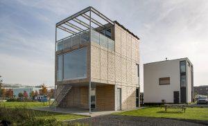 BILT modelwoning vanaf de straat. Alle gevelopeningen zijn verdiepingshoog. Foto Jan Willem Schouten.