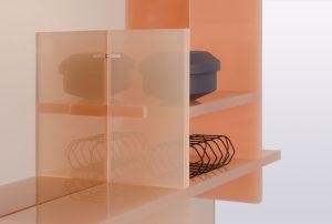 Badkamermeubel Sopa speelt  met een 'soapy look' door het gebruik van  acrylaat. De geometrische vormen, de spiegel,  de abstracte planken en de kleuren lijken in  elkaar over te lopen.