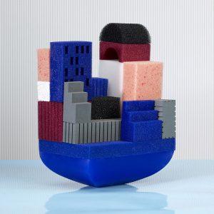 Waterscape, nog verder te ontwikkelen  speelgoed voor de badkamer: een setje drijvende  mini-architectuur van gekleurde sponsjes. Foto Ruud Peijnenburg.