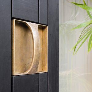 Het ontwerp van de messing deurknop is geïnspireerd op deurknoppen van Gottfried Böhm en Le Corbusier.