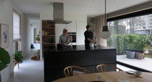De keuken laat een slimme combinatie van maatwerk en standaardkasten van Kvik zien. Foto Jacqueline Kndusen.