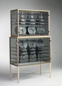Composition uit 2013. Porseleinkast  van essenhout, glas en metaal, met servies van  Bob Waardenberg.   Foto Ruud Peijnenburg