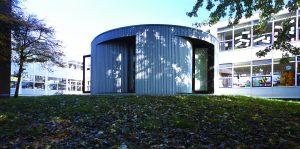 Na zijn afstuderen in 2001 kreeg hij de opdracht om in de Rotterdamse wijk Hoogvliet bij een basisschool een bijgebouw te bouwen met zes werkplekken. Koolhaas maakte een flexibele ruimte, die ook voor overleg of onderwijs te gebruiken is, dankzij gekromde beweegbare binnenwanden • Foto Jeroen Musch.