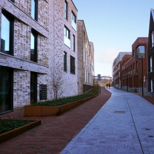 In de zijstraat is de schaal van de nieuwbouw kleiner.
