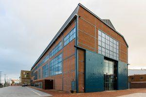 De Zware Plaatwerkerij heeft na de transformatie meer vensters. De stalen spanten en deuren zijn origineel.