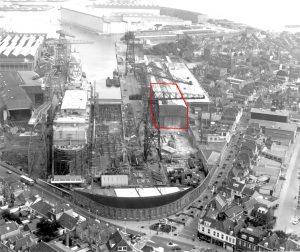 De Scheldewerf nog volop in bedrijf. Aan de zuidkant van het dok stond de Zware Plaatwerkerij, waarvan het oudste deel (rood omlijnd) nu is getransformeerd tot woonzorgcentrum Scheldehof. Rechts de binnenstad van Vlissingen