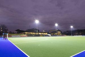 De komst van het Nationaal Hockey Centrum naar het complex van sportvereniging Kampong in Utrecht vroeg om voorzieningen op topsportniveau. Architect Jan Bakers ontwierp het nieuwe clubhuis en knipte het dak op in verschillende kleinere volumes. Het daklandschap verwijst naar een Indische Kampong • Foto Stijn Poelstra.