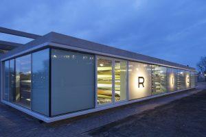 Arons en Gelauff architecten openden de dichte straatgevel van de botenloods van roeivereniging RIC met grote glazen panelen